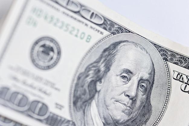 Gros plan du nouveau billet de cent dollars.