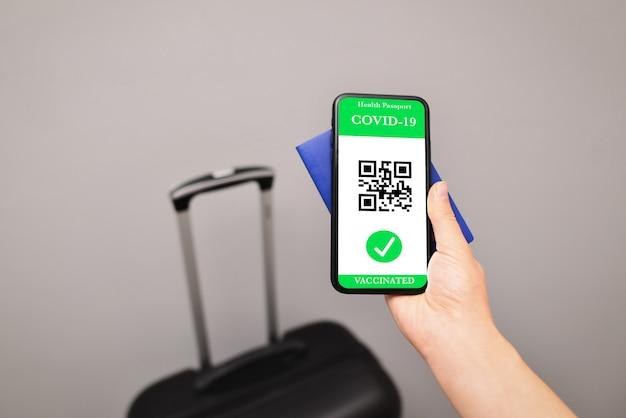 Gros plan du nouveau passeport de santé covid19 d'immunité pass vert numérique
