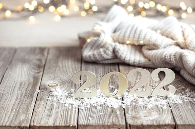 Gros plan du numéro de l'année à venir avec élément tricoté et bokeh sur fond flou.