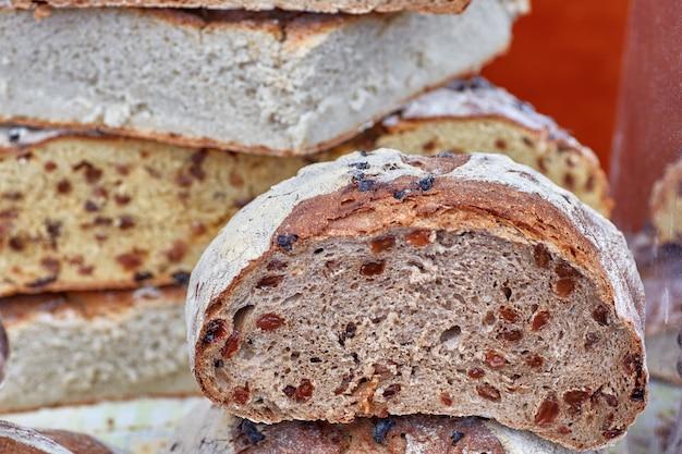 Gros plan du pain artisanal avec des raisins passe à l'intérieur.