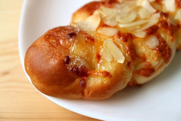 Gros plan du pain aux amandes douces sur une plaque blanche
