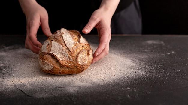 Gros plan du pain avec table en stuc