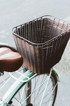 Gros plan du panier d'un vélo bleu rétro.