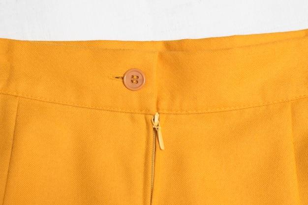 Gros plan du pantalon orange des femmes