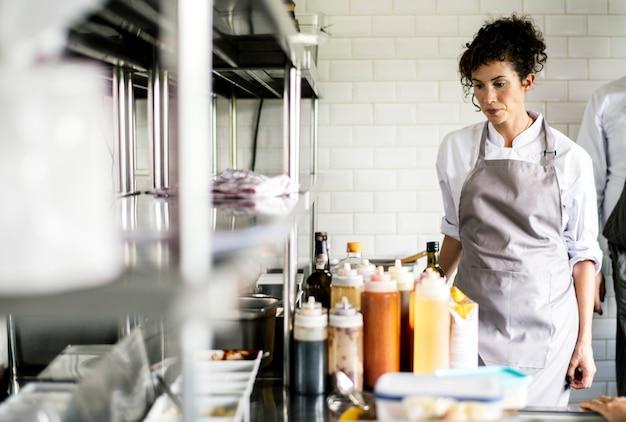 Gros plan du personnel de cuisine préparer des ingrédients de cuisine