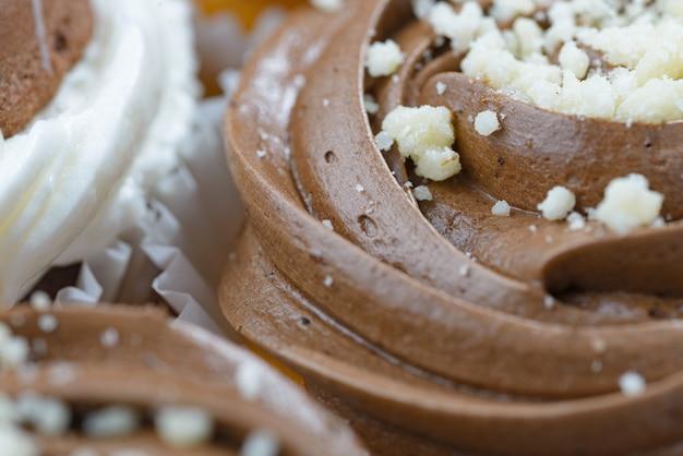 Gros plan du petit gâteau au chocolat avec glaçage à la crème mousse au chocolat