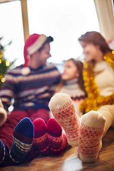 Gros plan du pied en chaussettes de laine chauffantes