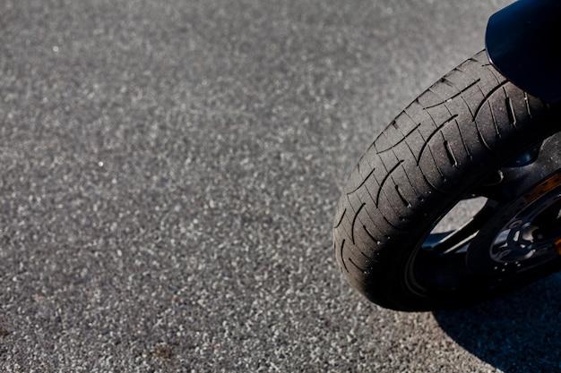 Gros plan du pneu avant de la moto