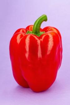 Gros plan du poivron rouge doux sur fond violet