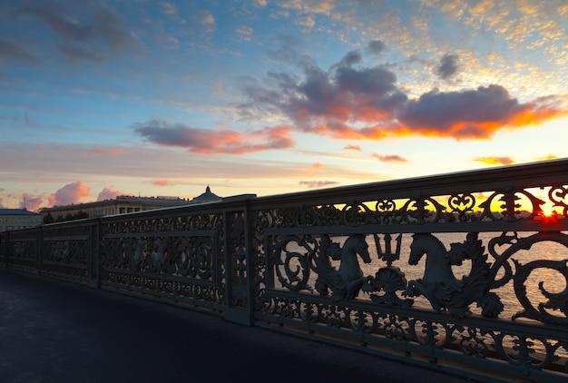 Gros plan du pont blagoveshchensky en matinée