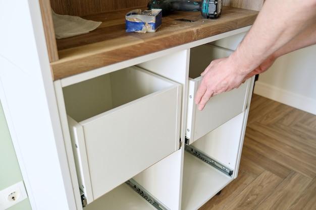 Gros plan du processus d'assemblage de meubles de cuisine