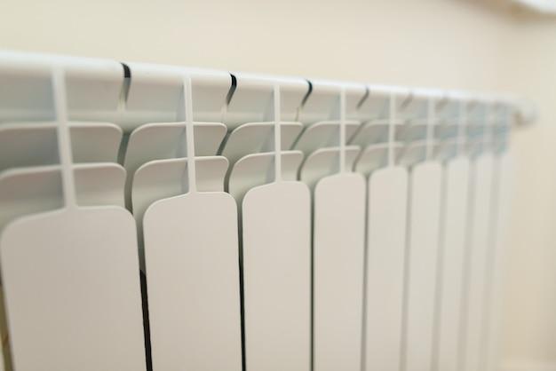 Gros plan du radiateur blanc dans l'appartement.