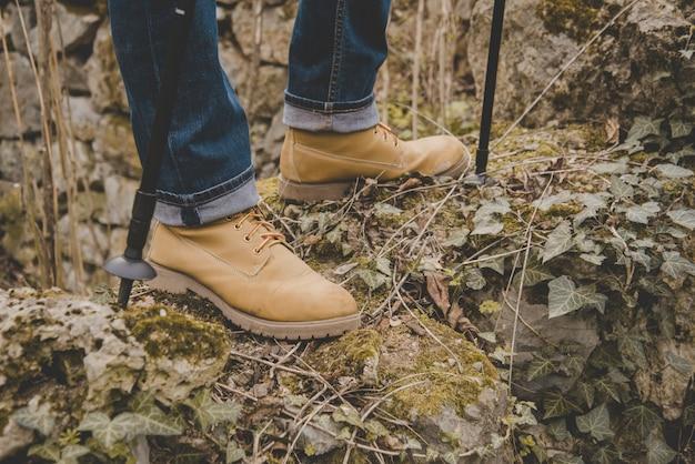 Gros plan du randonneur avec bottes confortables