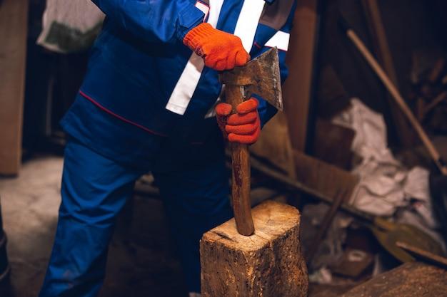 Gros plan du réparateur en uniforme, constructeur professionnel travaillant à l'aide d'équipement de construction. processus de construction, rénovation d'appartement, réparation, construction. scier, raccorder, couper, préparer.