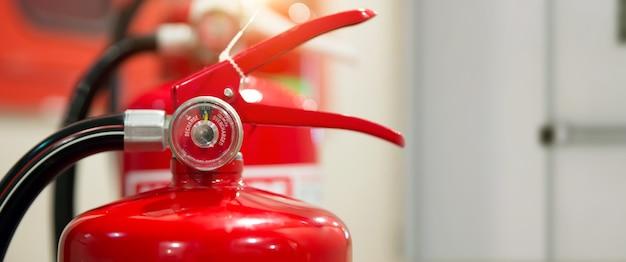 Gros plan du réservoir d'extincteurs rouge