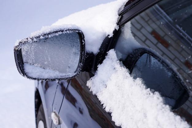 Gros plan du rétroviseur de la voiture gelée
