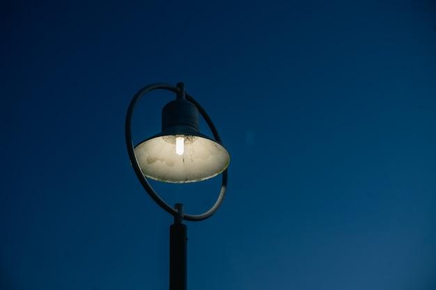 Gros plan du réverbère et fond de ciel bleu