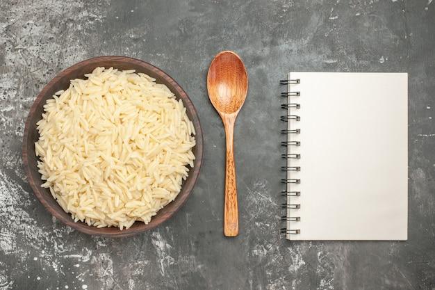 Gros plan sur du riz bouilli dans un pot en bois marron