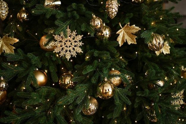Gros plan du sapin de noël avec des jouets comme concept d'arrière-plan du flou artistique de la carte du nouvel an