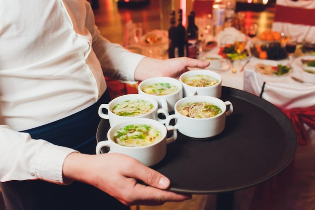 Gros plan du serveur servant de la nourriture dans un restaurant.