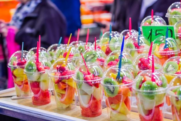 Gros plan du set emballé tranche de fruits frais dans le célèbre marché de la boqueria, dans la rue ramblas, barcelone, espagne