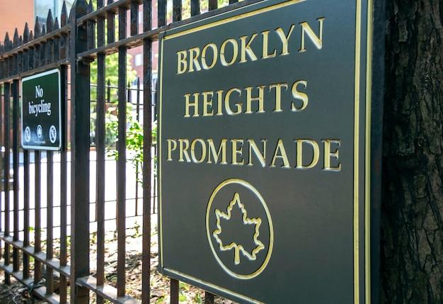Gros plan du signe de la promenade de brooklyn heights, à new york city