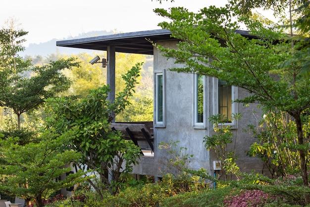 Gros plan du style loft de la maison dans le jardin vert