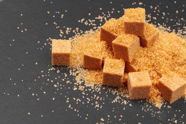 Gros plan du sucre glace sur fond sombre