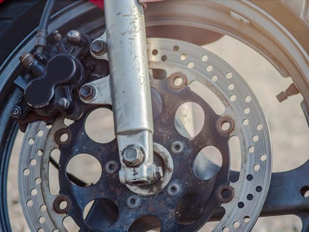 Gros plan du système de freinage de la moto