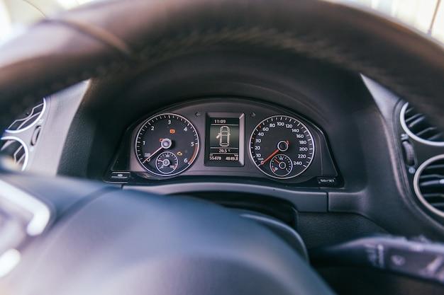 Gros plan du tableau de bord de voiture moderne