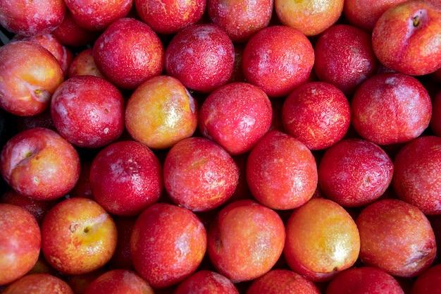Gros plan du tas de prune européenne à l'étal du marché de gros.