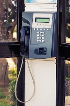 Gros plan du téléphone public dans la rue