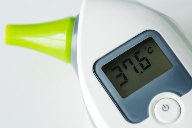 Gros plan du thermomètre numérique