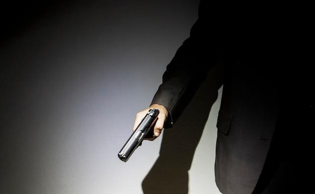 Gros plan du tireur sur fond sombre
