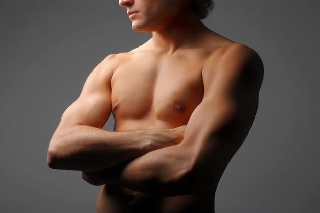 Gros plan du torse masculin athlétique et nu