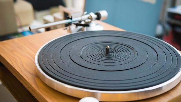 Gros plan du tourne-disque vinyle moderne aiguille d'un disque vinyle
