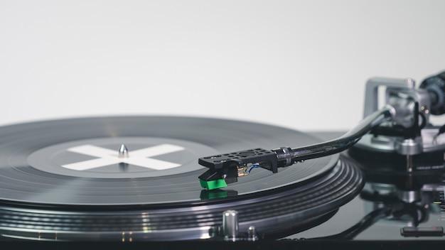 Gros plan du tourne-disque vinyle moderne avec plaque de musique aiguille sur un disque vinyle