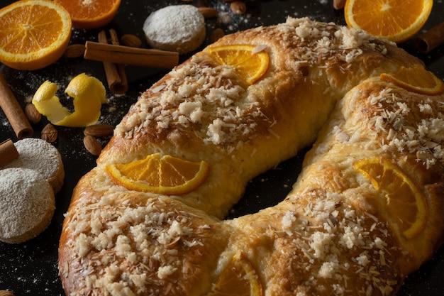 Gros plan du traditionnel roscãn de reyes d'espagne, avec des ingrédients, concept de noël