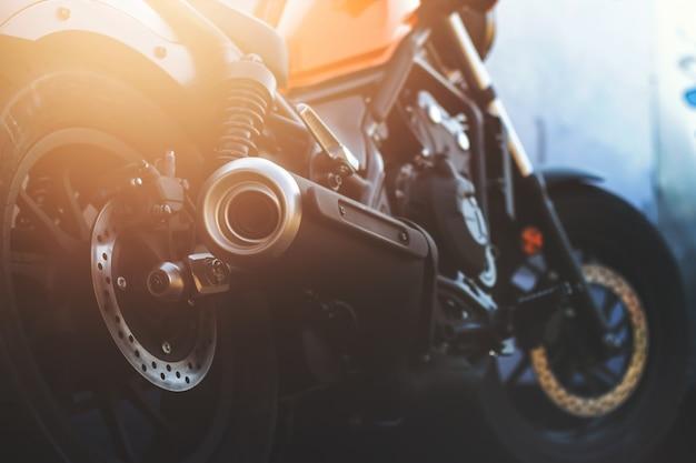 Gros plan du tuyau d'échappement de moto