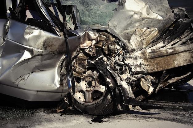 Gros plan du véhicule endommagé après un accident de voiture.