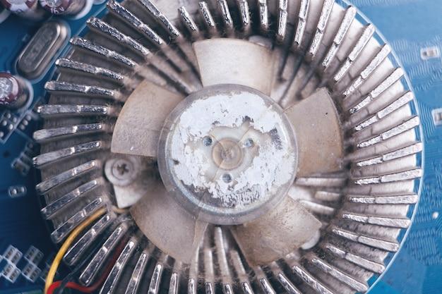 Gros plan du ventilateur de refroidissement cassé et sale