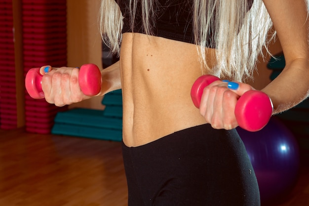 Gros plan du ventre plat beau sport dans la salle de gym