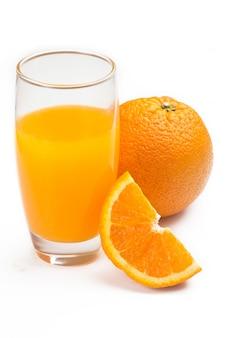 Gros plan du verre avec du jus d'orange, isolé
