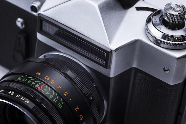 Gros plan du vieil objectif de l'appareil photo argentique rétro