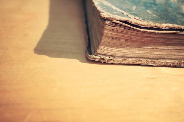 Gros plan du vieux livre vintage sur une table en bois