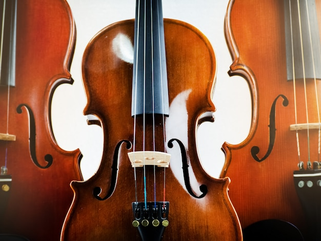 Gros plan du violon en bois, détail du spectacle et partie du violon, lumière floue autour