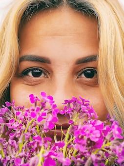 Gros plan du visage d'une belle jeune femme avec des fleurs sauvages, mode de vie, heure d'été