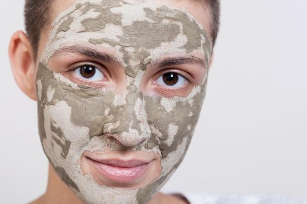 Gros plan du visage t = traitement de boue appliqué