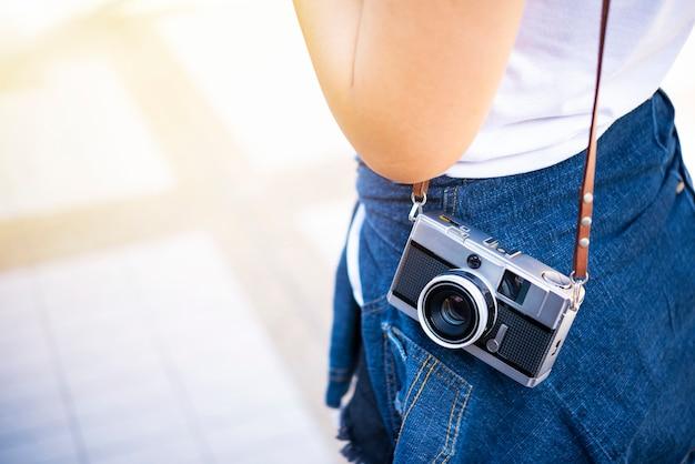 Gros plan du voyageur portant une caméra avec espace de copie gratuit. fond de voyage et de style de vie.