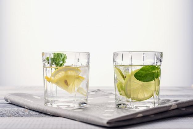 Gros plan, eau, citron, citron vert, menthe
